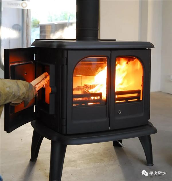 丹麦真火壁炉morso 3640侧面加柴.png