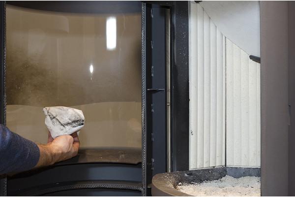定期清洁壁炉炉门玻璃.jpg
