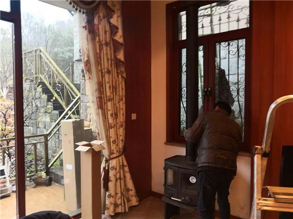 装修好的别墅安装独立式火炉.png